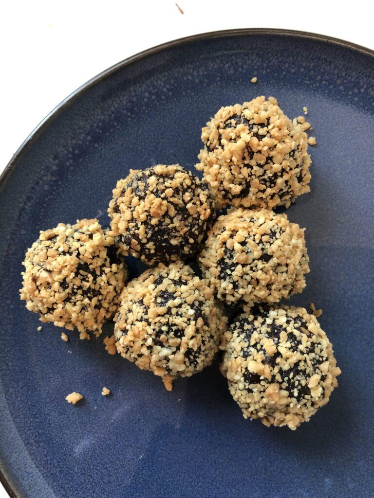 Snickerskulger trillet i blendede peanuts med højt indhold af protein.